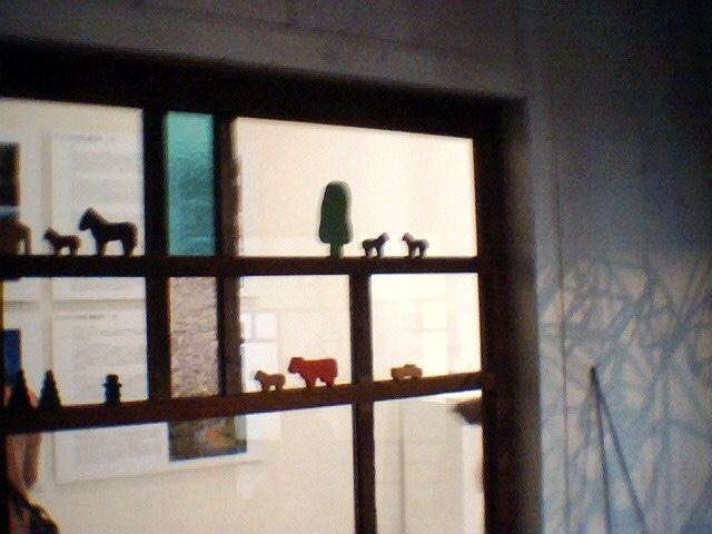 北欧の代表格リサ・ラーソンのデザイン雑貨が飾られている窓