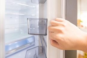 冷蔵庫を開ける手