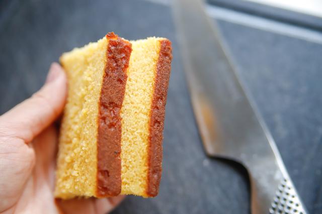 【オーブン不要】不器用さんでもかわいく作れる!超絶キュートなクリスマスの「スノードームケーキ」の裏技レシピ:カステラをカットする