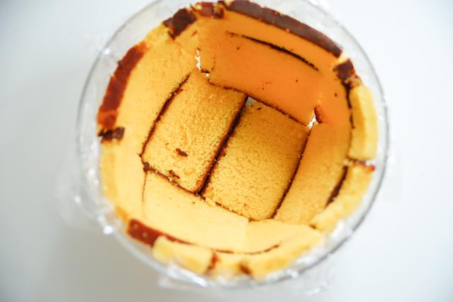 【オーブン不要】不器用さんでもかわいく作れる!超絶キュートなクリスマスの「スノードームケーキ」の裏技レシピ工程:ボウルにカステラを敷き詰める