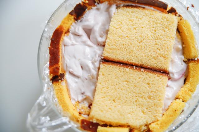 【オーブン不要】不器用さんでもかわいく作れる!超絶キュートなクリスマスの「スノードームケーキ」の裏技レシピ工程:流しいれたムースにカステラでフタをする