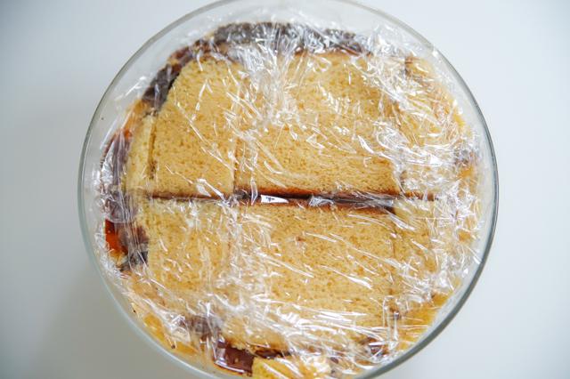 【オーブン不要】不器用さんでもかわいく作れる!超絶キュートなクリスマスの「スノードームケーキ」の裏技レシピレシピ工程:ムースをカステラでくるみ、ラップをかける