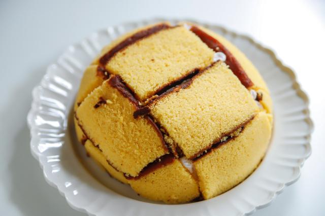【オーブン不要】不器用さんでもかわいく作れる!超絶キュートなクリスマスの「スノードームケーキ」の裏技レシピ工程:ドーム状になったケーキ