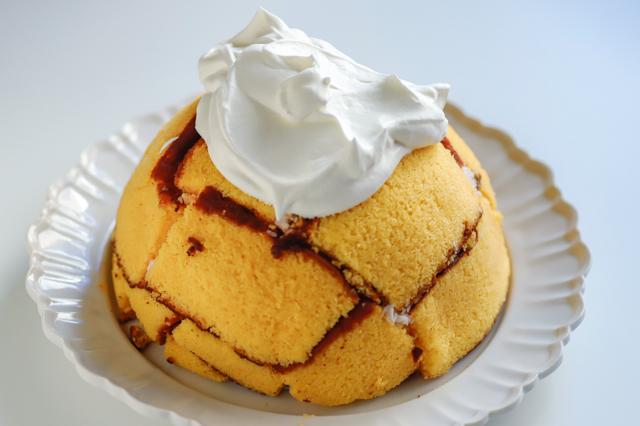 【オーブン不要】不器用さんでもかわいく作れる!超絶キュートなクリスマスの「スノードームケーキ」の裏技レシピ工程:ケーキに生クリームを乗せる