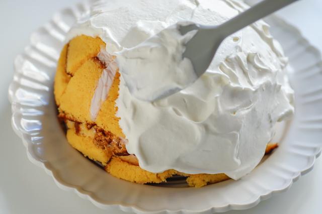 【オーブン不要】不器用さんでもかわいく作れる!超絶キュートなクリスマスの「スノードームケーキ」の裏技レシピ工程:乗せた生クリームを塗り広げる