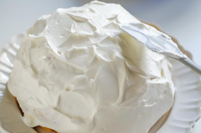 【オーブン不要】不器用さんでもかわいく作れる!超絶キュートなクリスマスの「スノードームケーキ」の裏技レシピ工程:ヘラでクリームのツノを立てる