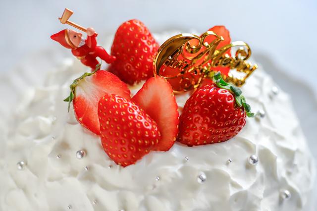 【オーブン不要】不器用さんでもかわいく作れる!超絶キュートなクリスマスの「スノードームケーキ」の裏技レシピ工程:いちごなどで飾り付けする