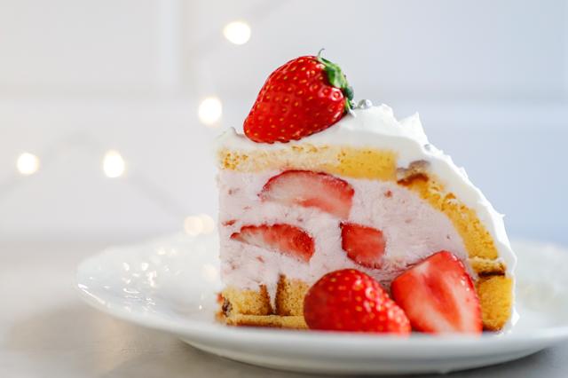 【オーブン不要】不器用さんでもかわいく作れる!超絶キュートなクリスマスの「スノードームケーキ」の裏技レシピ クリスマスケーキの断面