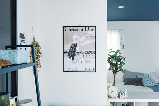 一人暮らしの部屋に飾られているmusicaさんお気に入りのクリスチャン・ディオールのポスター