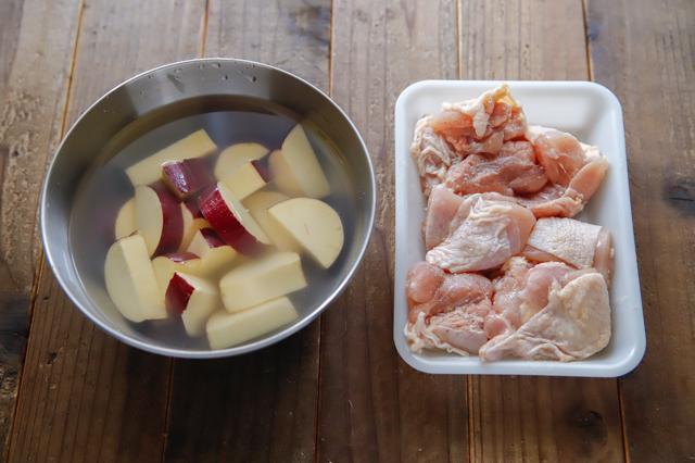 【再現レシピ】SNSで爆発的大ヒット!松屋の「シュクメルリ」を作ってみた! 作り方 レシピ 水にさらしたさつまいもと、下ごしらえした鶏もも肉
