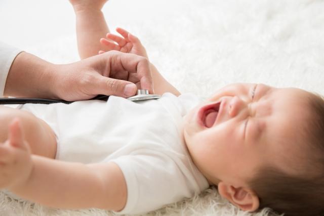 【子供の高熱への対処】病院で診断を受ける赤ちゃん