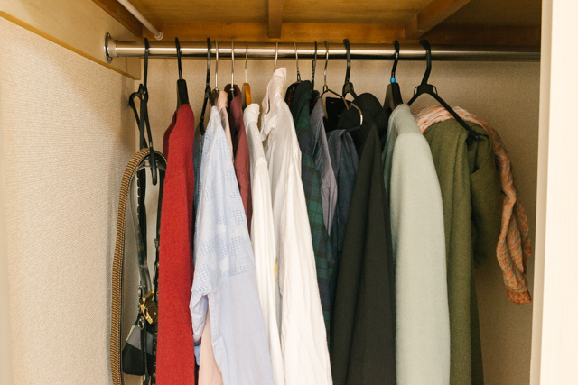 クローゼットに色んなハンガーでたくさん洋服がかかっている様子。