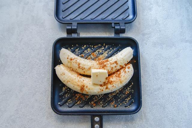「パン以外」で大活躍!ホットサンドメーカーで作る、焼くだけ激ウマスイーツのレシピ シナモン焼きバナナ