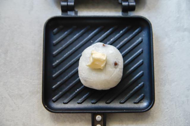 「パン以外」で大活躍!ホットサンドメーカーで作る、焼くだけ激ウマスイーツのレシピ 焼き大福