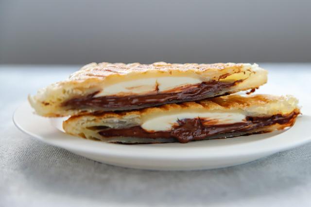 「パン以外」で大活躍!ホットサンドメーカーで作る、焼くだけ激ウマスイーツのレシピ チョコレートパイ