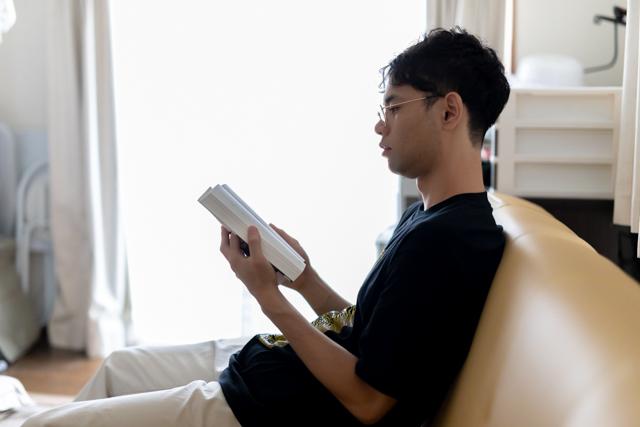 【自宅でできるオンライン歯科矯正】読書する主人公