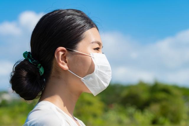 マスクの臭いをアロマで撃退!生活の木、ハッカ油などスプレー4種を美容ライターがレビュー マスクをした女性