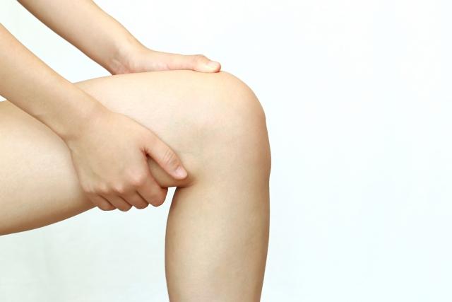 【一人暮らしビギナー向け医療コラム】筋トレや運動後の筋肉痛がひどい!原因や治し方を医師が解説 足のマッサージをする様子