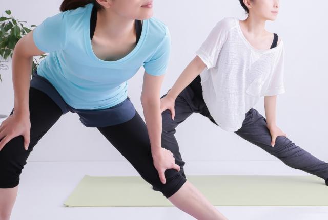 【一人暮らしビギナー向け医療コラム】筋トレや運動後の筋肉痛がひどい!原因や治し方を医師が解説 ストレッチをする様子