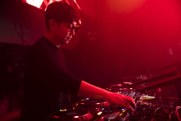 本パーティーのメインアクトである☆Taku Takahashiもパワフルなプレイでオーディエンスを魅了