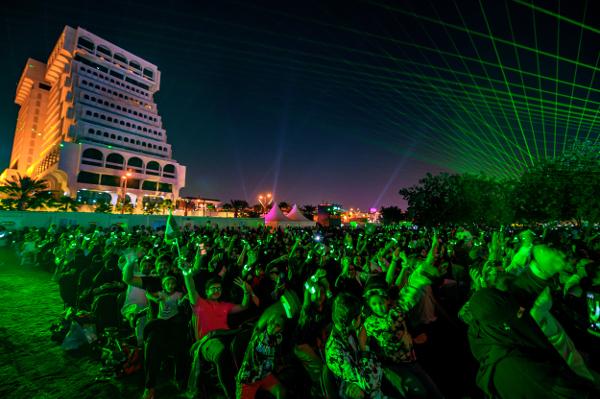 様々なジャンルの音楽と完全シンクロし、大小色とりどりの花火がサウジの夜空に舞う姿に誰もが見入っていた。