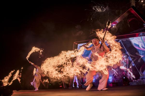 ファイヤーダンサーはサウジでも驚きの的でみんなびっくり(やっぱり火の演舞はスゴイ!)。