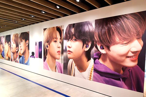 BTSの特大フォトパネル も! 紫であふれる 「Galaxy Harajuku」