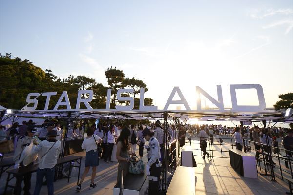 オープン前から長蛇の列ができあがっていた未来型花火エンターテインメント「STAR ISLAND(スターアイランド)」