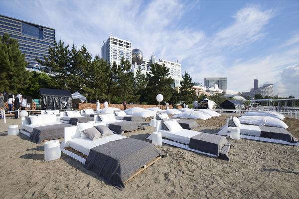 「STAR ISLANDA(スターアイランド)」会場では寝転がって観ることのできるベッドも
