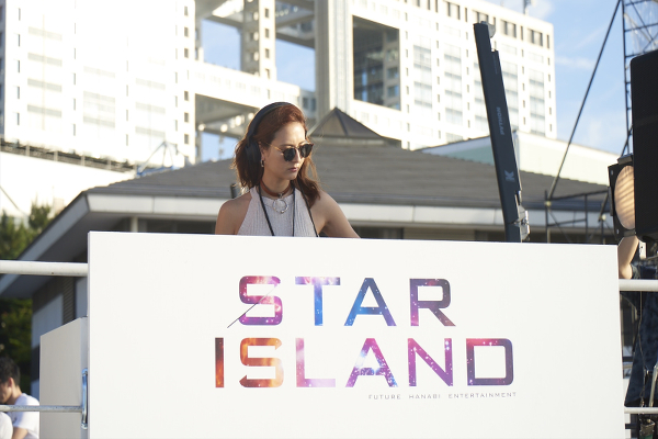 「STAR ISLAND(スターアイランド)」会場内でDJプレイをするElli-RoseことELLI ARAKAWA