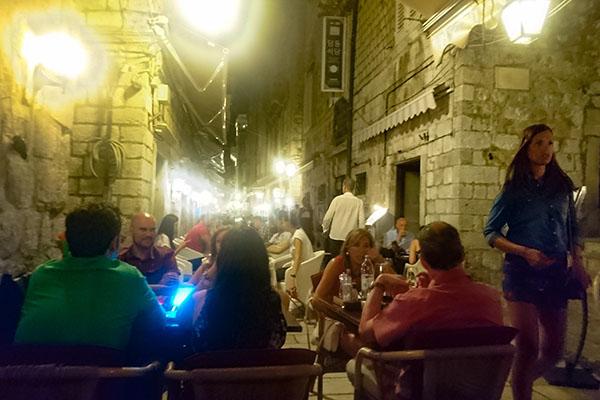 Culture Club Revelin(カルチャークラブ・レヴェリン)のあるドゥブロヴニク旧市街地内の観光客