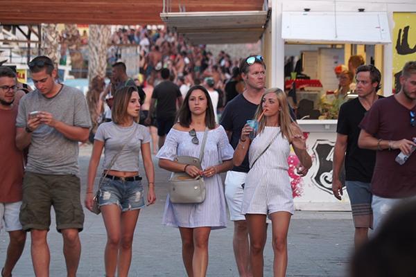 パーティーアイランド「パグ島」に集まる若者