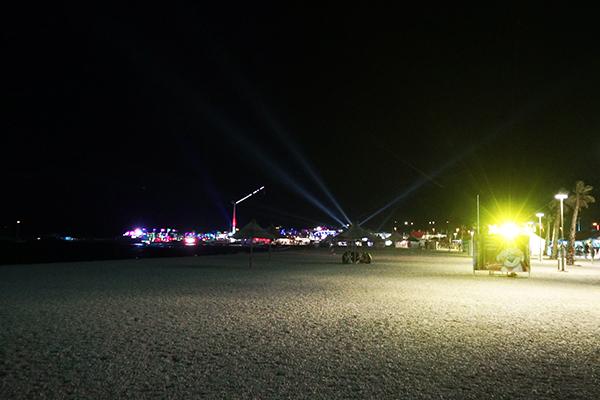 夜の「パグ島」ズルチェビーチの風景
