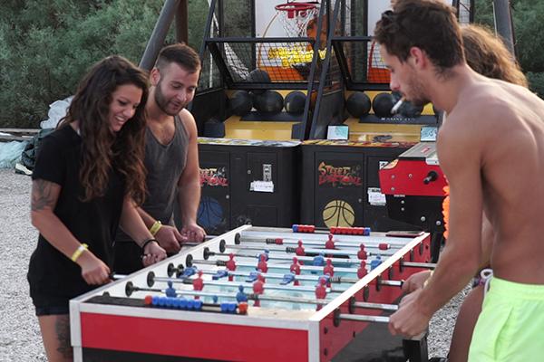 「パグ島」ズルチェビーチでゲームに興じる若者たち