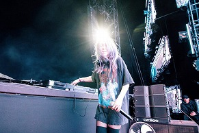 EDC Japanの参考にぜひ! Alison Wonderlandのファッションをチェック!