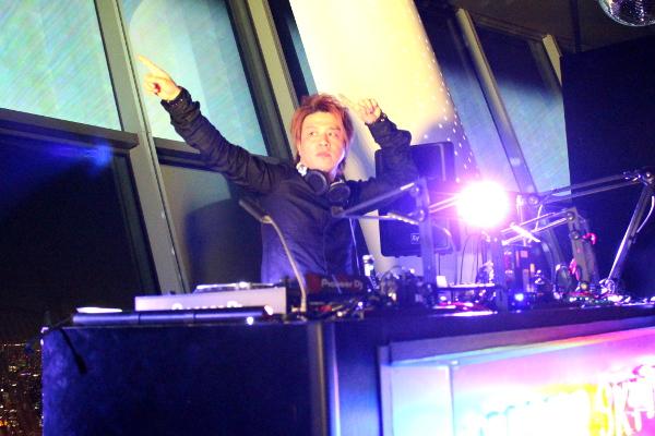 2/9(金)に開催された「SUPER SKYTREE® DISCO」でオーディエンスとともに盛り上がるRemo-con