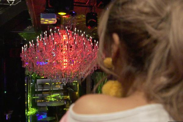 1億円のシャンデリア越しにフロアが見渡せるVILLA TOKYO(ヴィラトウキョウ)のVIP「SS Table」