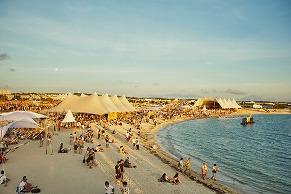 「CORONA SUNSETS FESTIVAL」でファッショニスタたちの最新夏コーデをチェック!