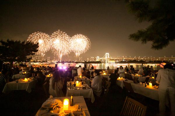 ディナー付きの「LIMITED STAR SEAT –DINNER–」ではおいしい料理に舌鼓を打ちながら花火を楽しめる