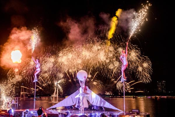 「STAR ISLAND(スターアイランド)」で花火とともに華麗に演出するファイヤーパフォーマーやウォーターパフォーマーたち