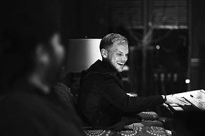 """Avicii、生前の映像が収められた""""Heaven""""のトリビュートビデオが公開に"""