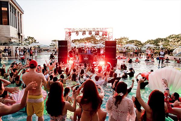 盛り上がりがハンパない!韓国の高級リゾートで開催されたプールパーティーをレポート