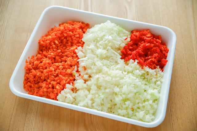 ボロネーゼの材料の野菜をみじん切り