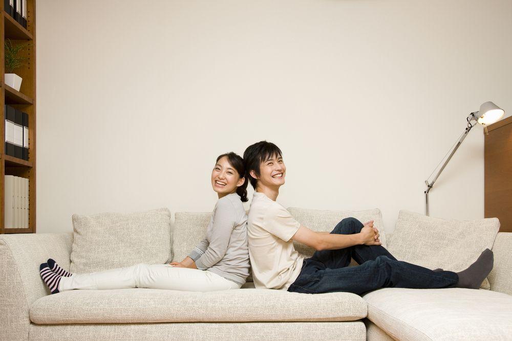 ソファに仲良く座るカップル