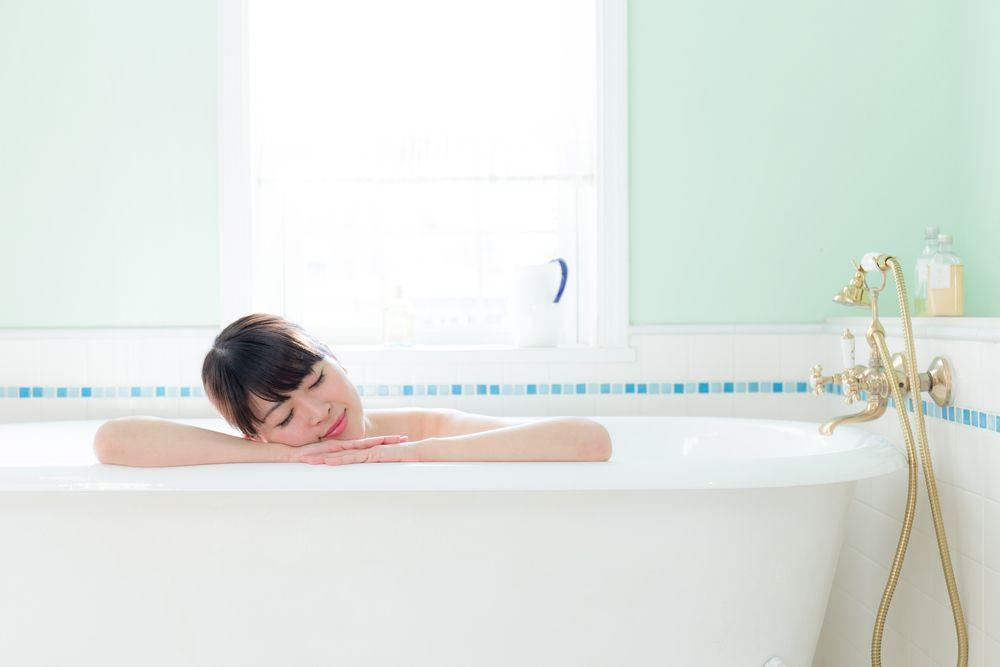 お風呂でゆったりくつろぐ彼女