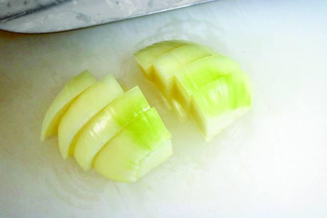玉ねぎは厚めに、繊維を断つ方向に切ると食感が残りつつも柔らかな仕上がりに